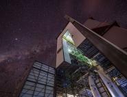 Le portique d'Ariane 6 sous les étoiles