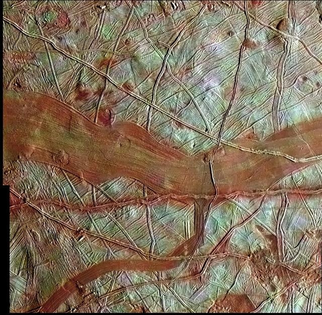 Fissures orangées à la surface d'Europe.