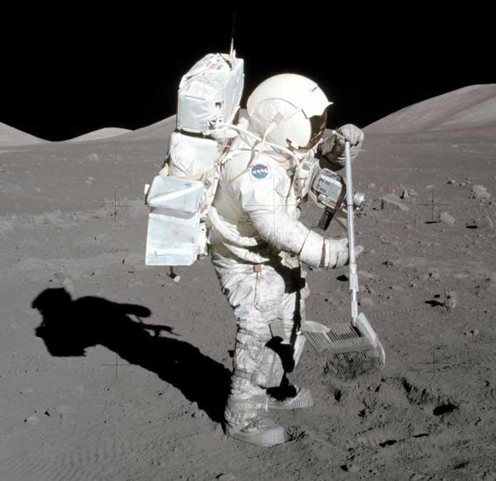 Prélèvement d'échantillons lunaires lors de la mission Apollo 17