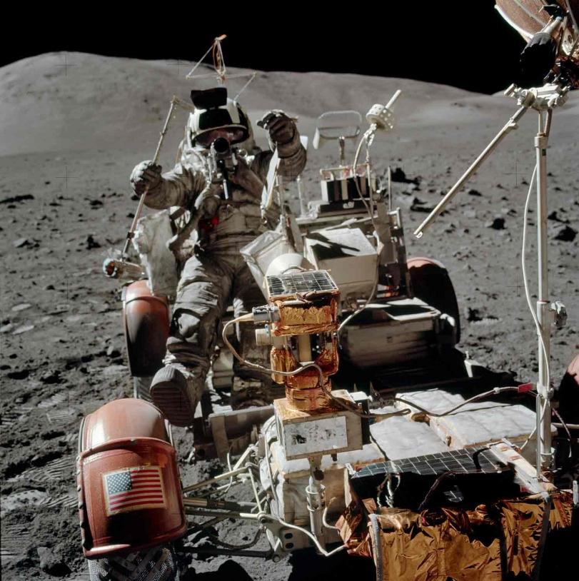 Prélèvement échantillon lunaire lors de la mission Apollo 17