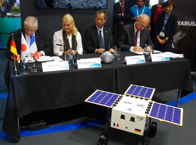 Signature de l'accord pour le développement du rover MMX