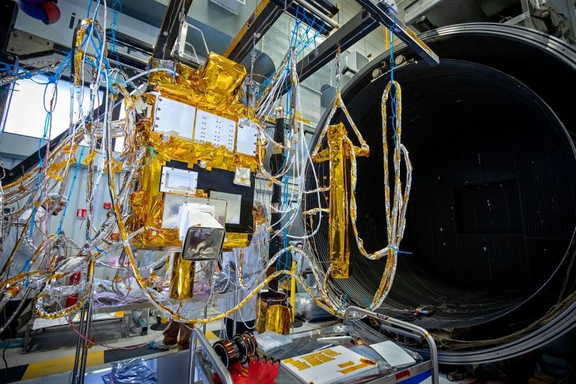 Préparation du satellite Taranis pour des essais vide thermique